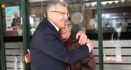"""Murat Aydın oy isteyip """"veririm"""" cevabını aldığı vatandaşa sımsıkı sarıldı!.."""